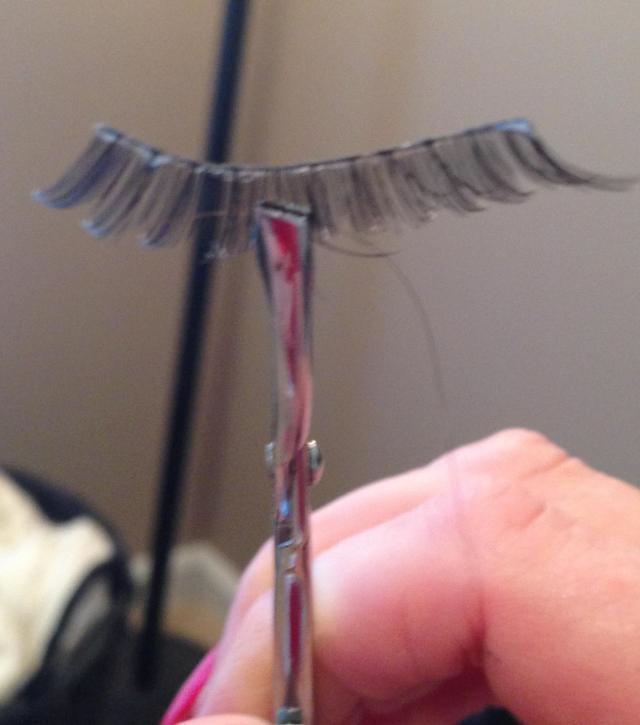 pick up lash with tweezer