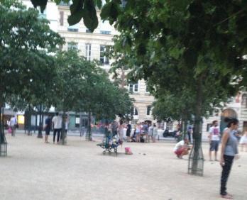 Paris. Place Dauphine. Boule!