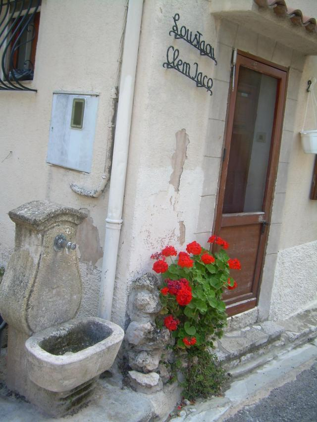 Cabris. House entrance with fountain outside