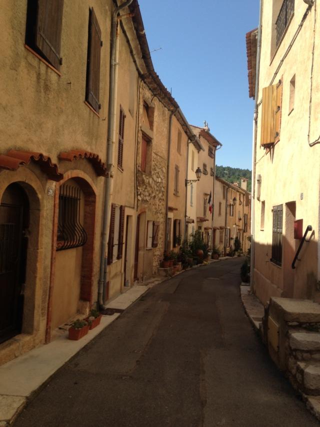 Cabris. Curved street