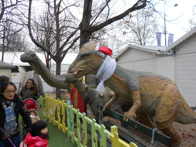 christmas-marche-dinosaurs-lets-scare-the-kids