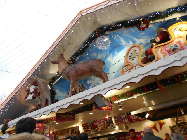 christmas-marche-reindeir-on-roof