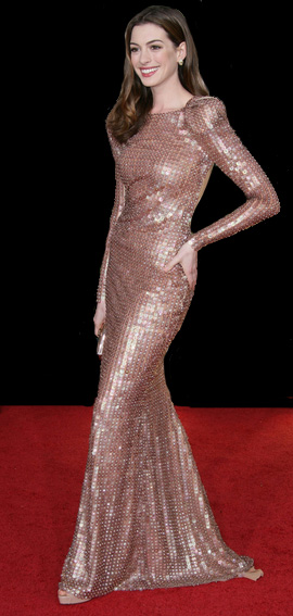 anne-hathaway-red-carpet-pose_fnmgve